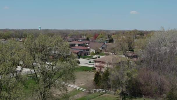 Drohnen aus der Luft. Amerikanischer Vorort zur Sommerzeit. Aufnahme der amerikanischen Nachbarschaft. Immobilien, Blick auf Wohnhäuser
