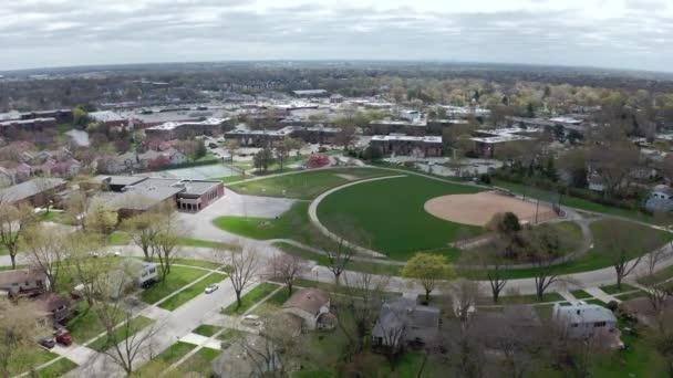 Drohnen aus der Luft. Amerikanischer Vorort zur Sommerzeit. Aufnahme der amerikanischen Nachbarschaft. Immobilien und Schule