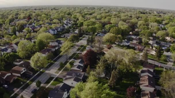 Drohnen-Ansicht von Immobilien. Amerikanischer Vorort zur Sommerzeit. Nachbarschaftsaufnahme von Wohnhäusern aus der Luft