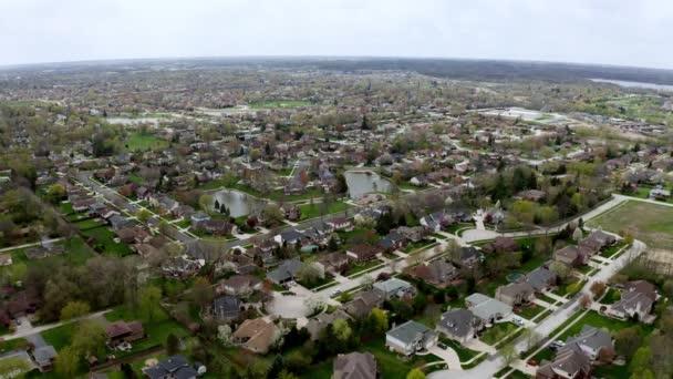 Drohnen aus der Luft. Amerikanischer Vorort zur Sommerzeit. Aufnahme der amerikanischen Nachbarschaft. Immobilien,