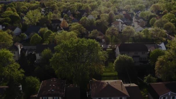 Drohnenaufnahmen von Immobilien aus der Luft. Amerikanischer Vorort zur Sommerzeit. Blick auf Wohnhäuser in der Nachbarschaft
