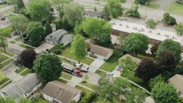 Letecké drone futage silniční opravy na předměstí, na ulici s mnoha domy, pokládka nového asfaltu