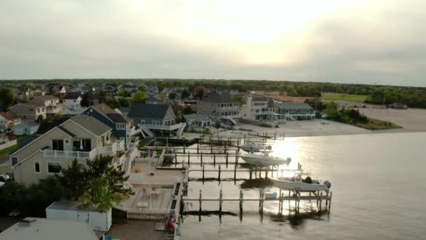 Drohnenweite Zukunft. Lokale Wohnvorstadt am Fluss im Blick auf den entfernten Fluss Toms bei Sonnenuntergang. USA