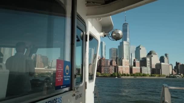 Pohled z lodi na Manhattanu v New Yorku při západu slunce. Zpomalený pohyb