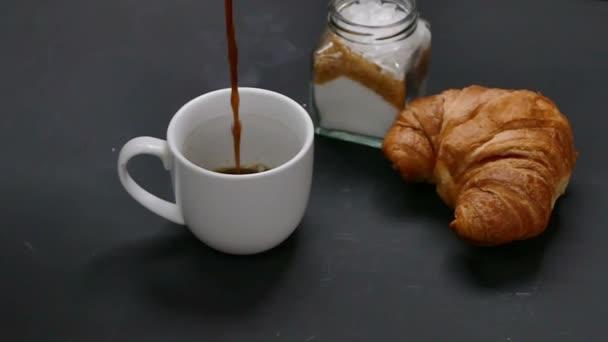 HD záběry zpomalené kávu vlijete do skla