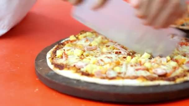 HD záběry z rukou šéfkuchaře pizza řezu pizzy v kuchyni