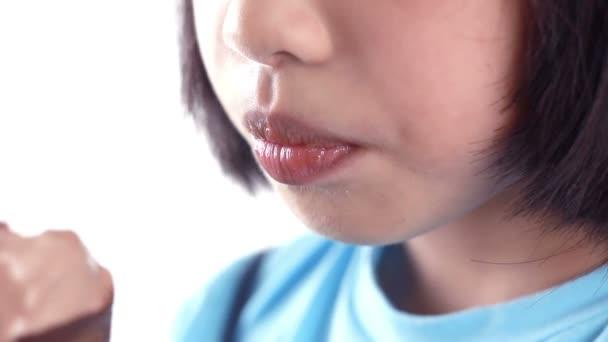 Asijské holčička jíst zmrzlinu