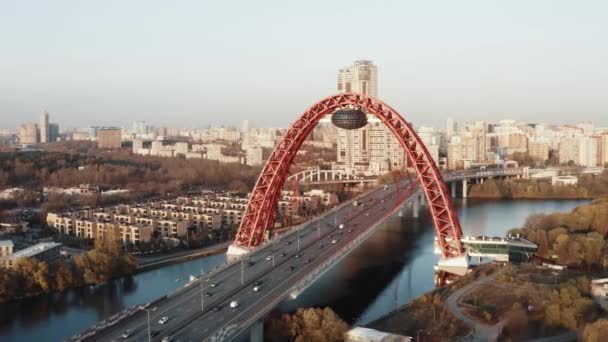 Letecký pohled na červený most s městskou krajinou v moskevské příměstské oblasti