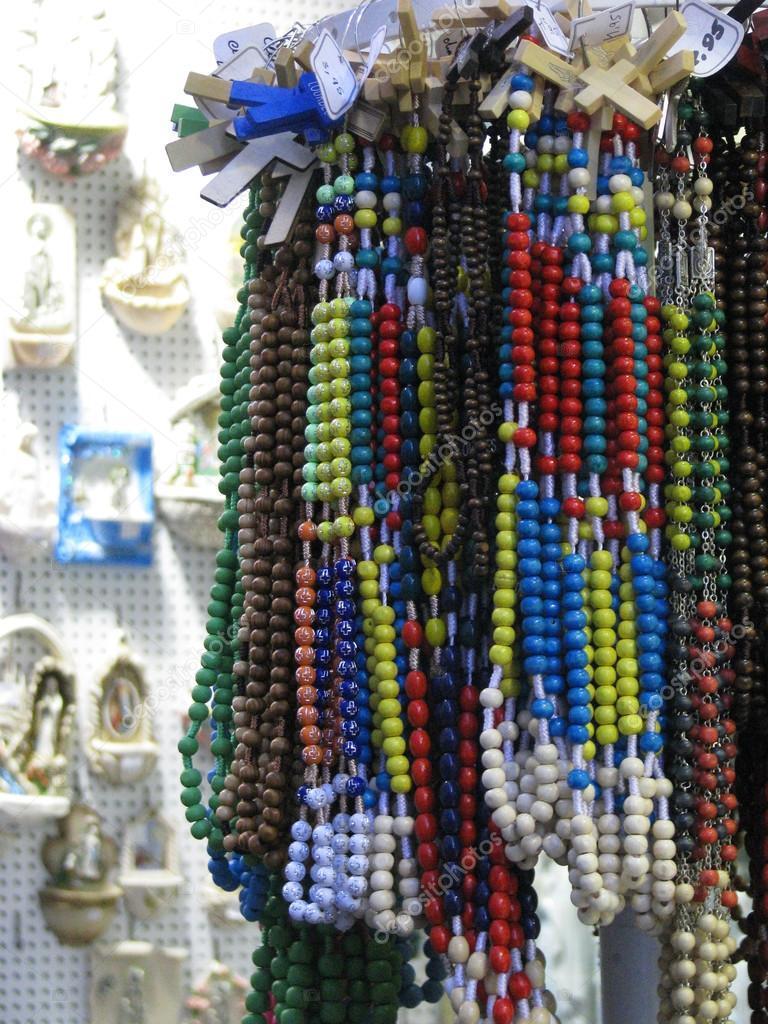 2cb02844926 Rosarios para la venta en una tienda de recuerdos en lourdes