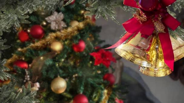 Vánoční zvony, koule zlato, stromeček zdobené a osvětlené