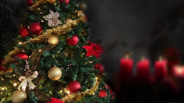 Karácsonyfa díszített világító arany, piros, vallás