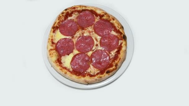 Pizza salám rotace, zoom izolované pozadí bílé, Itálie potravin