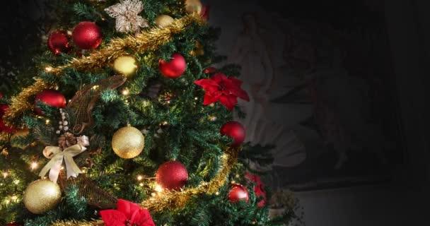 Vánoční stromeček zdobený zářivým zlatem, červená květinová noc, symbol Náboženství