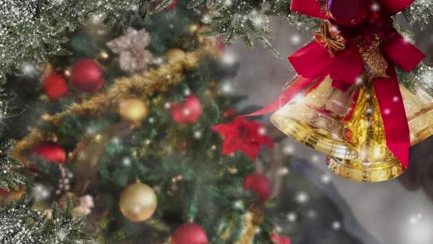 Weihnachten schneit, Glocken, geschmücktes Fenster