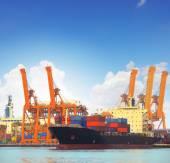 Kereskedelmi hajó és a rakomány konténer a port használata behozatali expor