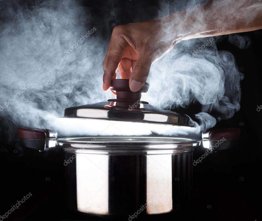 Mano del chef olla abierta corriente caliente con hermoso estudio de ...