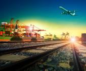 Eisenbahnverkehr im Import-Export-Schiffshafen und Frachtflugzeug