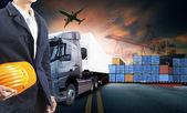 pracovní muž a kontejnerová nákladní auto, loď v přístavu a dopravu nákladní