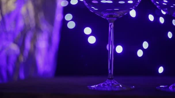 dvě prázdné sklenice na stole v modré světlo