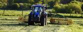 Fotografia trattore agricolo e aratro in azione