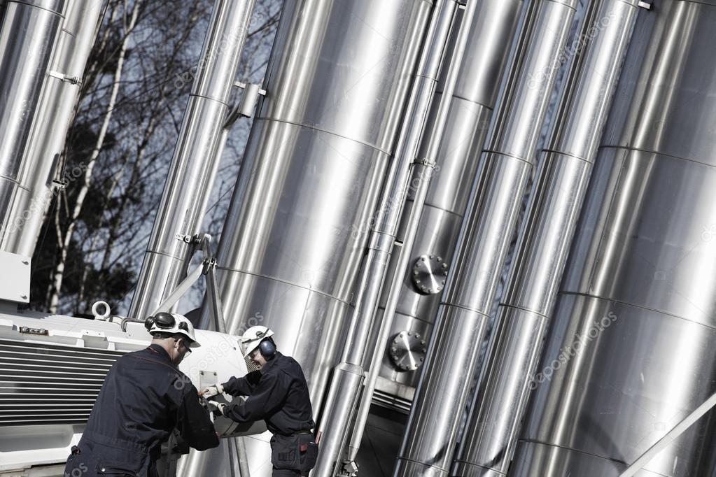 Olie en gas werknemers met gasleidingen u2014 stockfoto © lagereek #70715539