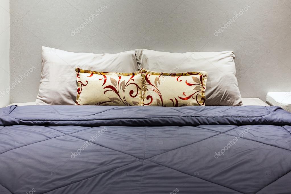 https://st2.depositphotos.com/1156587/10106/i/950/depositphotos_101068784-stockafbeelding-twee-kussens-op-de-slaapkamer.jpg