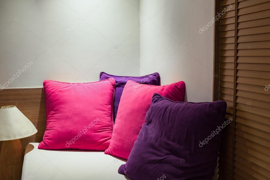 Angolo Del Letto : Cuscini colorati sullangolo del divano in camera da letto u2014 foto