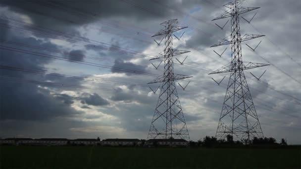 Strommast, Hochspannungsmasten und himmelblauer Sonnenuntergang in Reisgrün
