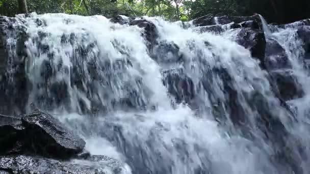 lesní vodopád v národním parku, vedle výstřelu