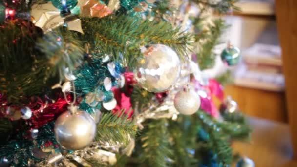 sněhulák a vánoční koule na vánoční strom, rýžování kamera natáčela v Hd