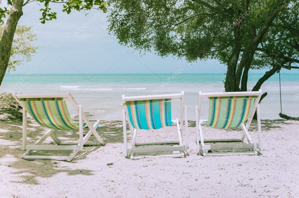 Sedie Vintage Colorate : Spiaggia colorata sedia vintage u foto stock sweetcrisis