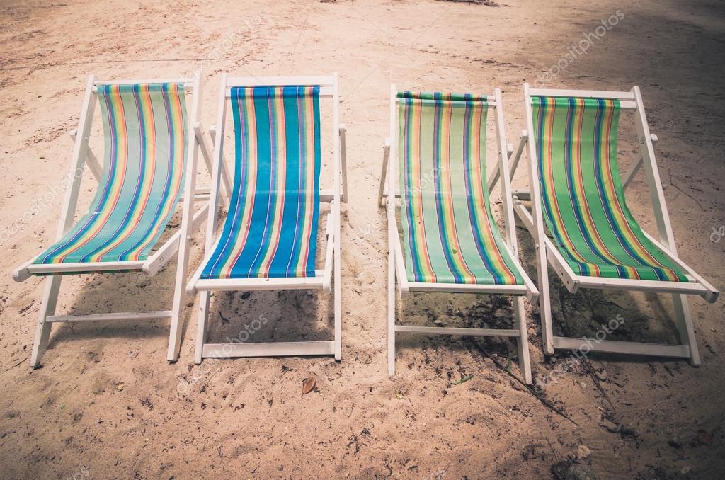 Sedie Vintage Colorate : Spiaggia colorata sedia vintage u2014 foto stock © sweetcrisis #75167581