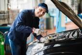 Fotografie Klíč mechanik hospodářství v garáži