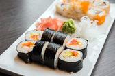 Sushi podávané na desce