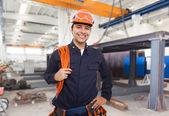 Fotografie usmívající se inženýr v továrně