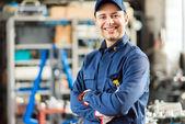 usmívající se mechanik v práci
