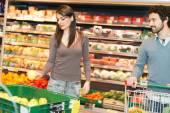 Fotografie Paar im Supermarkt einkaufen