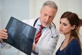 Doktor ukazující radiografii pro svého pacienta