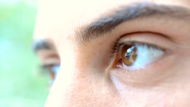 mladý muži oči