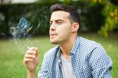 Fotografie mann rauchen zigarette