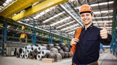 Bir fabrika işçisi gülümseyen