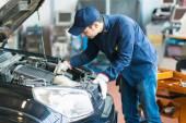 Mechanik v práci na auto v garáži
