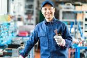 usmívající se mechanik hospodářství klíč