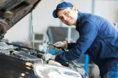 Photo Auto mechanic at work on car