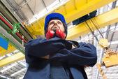 mladý inženýr v továrně