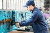 mechanik přijetí nástroje v obchodě