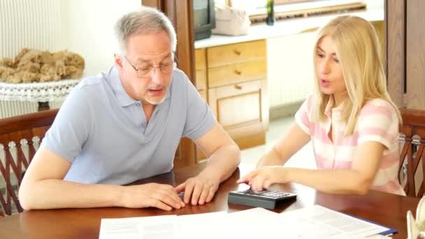 Starší pár, kontrola financí