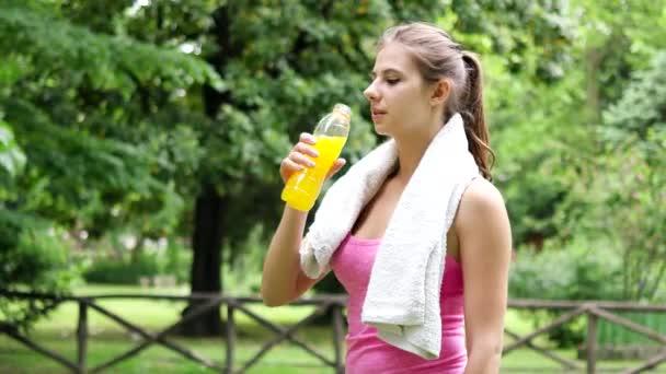 žena pití energetický nápoj po sportu