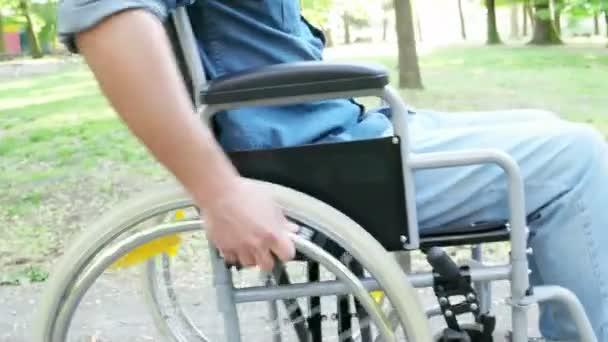 Mann im Rollstuhl unterwegs