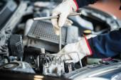 mechanik v práci na motor